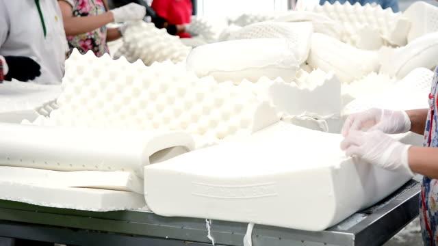 operaio manuel che lavora nella linea di produzione di cuscini in lattice - gommapiuma video stock e b–roll