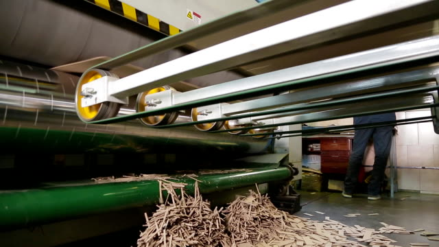 vídeos de stock e filmes b-roll de manufacture of cardboard boxes - cardboard box