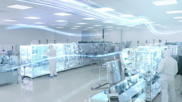 endüstriyel yüksek hassasiyetli makine kullanarak ürün montajı i̇malat tesisi i̇şçileri. özel efekt animasyonu: fabrikanın dijitalleşmesi - i̇laç stok videoları ve detay görüntü çekimi