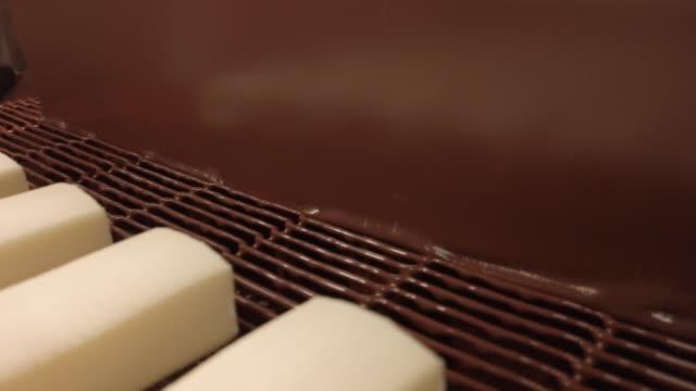herstellung von glazed sweet curd bars und wafer cones. verglaste curds-beschichtungsprozess - quark stock-videos und b-roll-filmmaterial