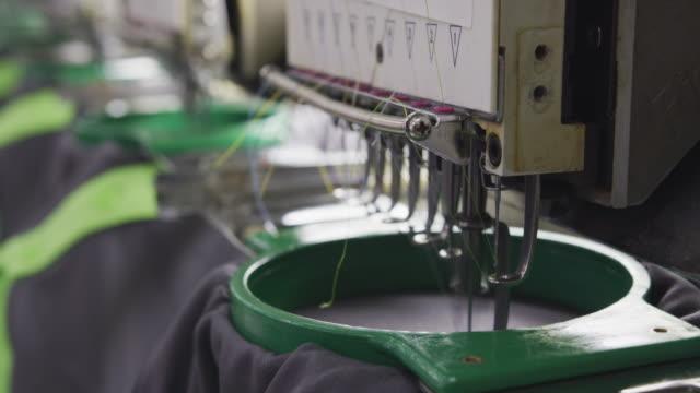 produkcja odzieży w fabryce - sprzęt sportowy filmów i materiałów b-roll