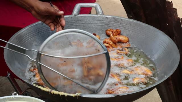 多くのバナナは煮え滾る油で揚げた。 - 油料理点の映像素材/bロール