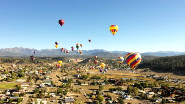 many beautiful balloons rising out of small colorado town - колорадо стоковые видео и кадры b-roll