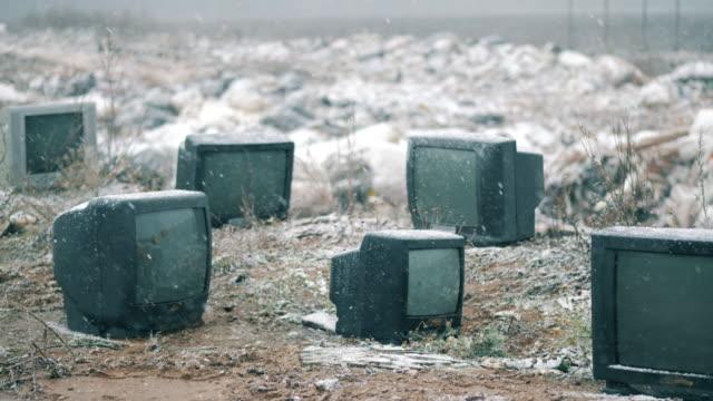 ダンプで多くの黒いテレビ。 - 豊富点の映像素材/bロール