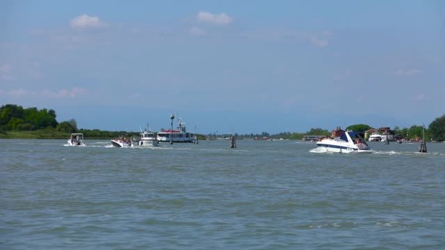 vídeos de stock e filmes b-roll de many boats in venice. water traffic in venice - embarcação comercial