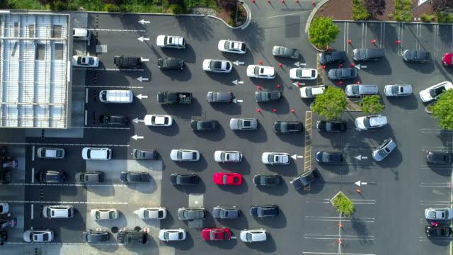 stockvideo's en b-roll-footage met vele auto's wachten in lijn bij benzinestation. luchtfoto. - gas