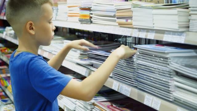 vidéos et rushes de beaucoup d'outils colorées et fournitures sur le plateau d'un magasin d'articles de papeterie - fournitures scolaires