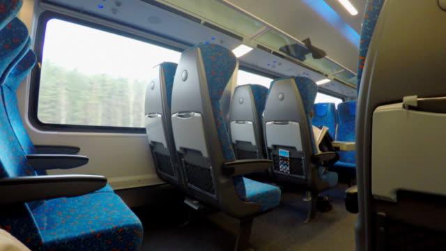vídeos y material grabado en eventos de stock de muchos vacíos plazas en movimiento rápido tren intercity cómoda en - regreso a clases
