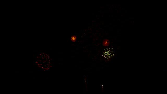 siyah arka plan ile olay şaşırtıcı birçok yanıp sönen renkli havai fişek gece yeni yıl, tatil ve festival kutlamak. - full hd format stok videoları ve detay görüntü çekimi