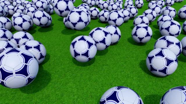 vídeos de stock, filmes e b-roll de muitas bolas de futebol rolando e pulando no campo de grama verde. clipe de fullhd prores - campeonato esportivo