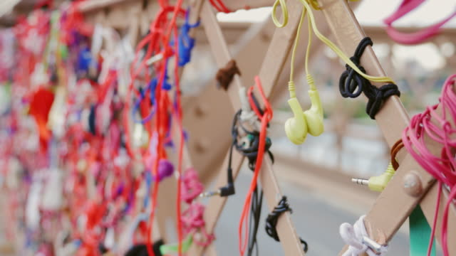 many headphones on the railing of the brooklyn bridge - cavo d'acciaio video stock e b–roll