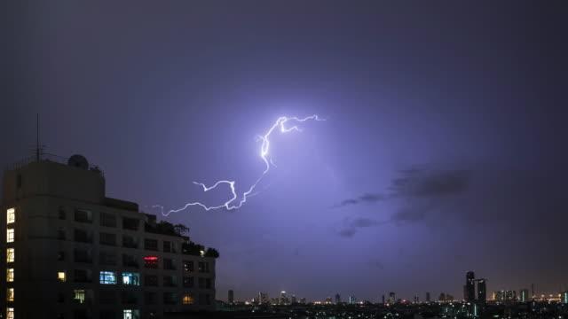 многие lightning более от огней ночного города. - lightning стоковые видео и кадры b-roll