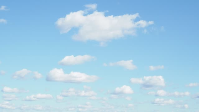 多くのリトルふわふわの雲が青い空に浮かぶ - ふわふわ点の映像素材/bロール