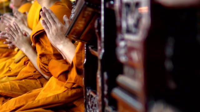 many monks are sitting side by side and chanting - cultura tailandese video stock e b–roll