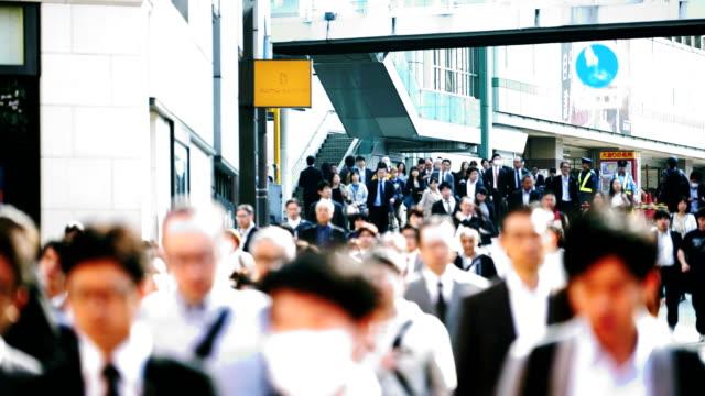 多くの人が東京の新宿で交差点を通過 - 通勤点の映像素材/bロール