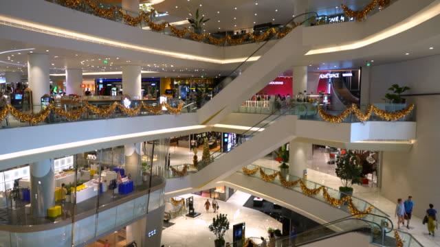 多くの人が歩いていると、ショッピング モールでのショッピング - 展示会点の映像素材/bロール