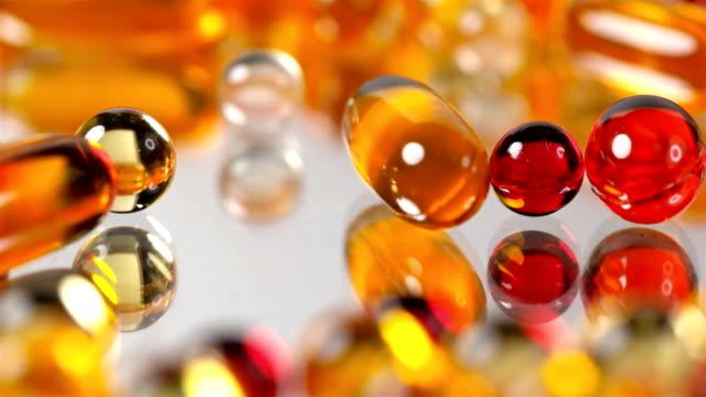 多くの薬と異なる色のビタミン - ビタミン類点の映像素材/bロール