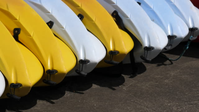 Bидео Many plastic boats on the pier