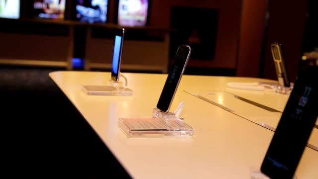 ストア表示に多くの smartphons - 展示会点の映像素材/bロール