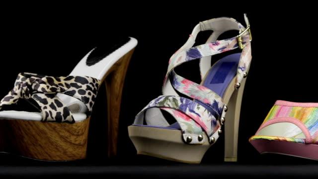 Beaucoup de sandales classiques élégantes pour femmes avec des talons hauts. Tir de curseur. - Vidéo