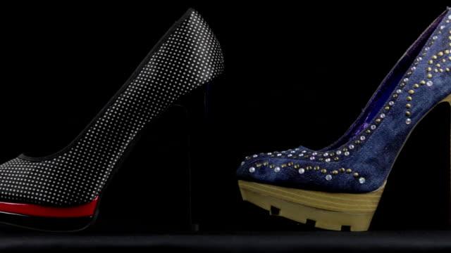 Beaucoup de chaussures élégantes classiques pour femmes avec des talons hauts et une plate-forme. Tir de curseur. - Vidéo