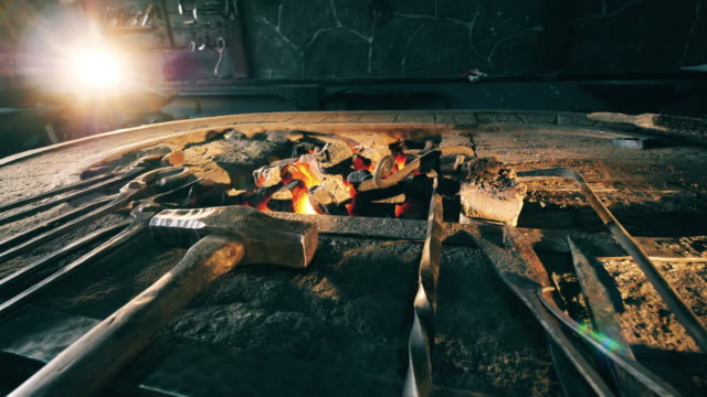 アンビルの近くの鍛造場で多くのツール。 - 錆びている点の映像素材/bロール