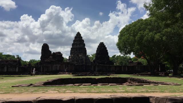 vídeos de stock, filmes e b-roll de muitos turistas visitam a bela do parque histórico de phimai, tailândia - phimai