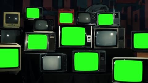 vidéos et rushes de dotée de nombreux écrans verts. fer ton. effectuer un zoom arrière. esthétique des années 80. - format hd