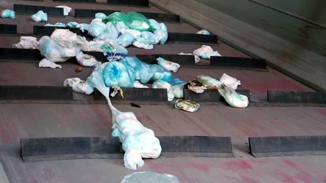 många avfall på band - detalj - pet bottles bildbanksvideor och videomaterial från bakom kulisserna