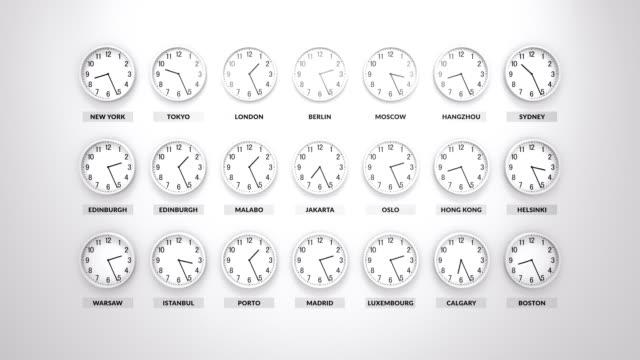 vídeos de stock, filmes e b-roll de muitos branco corpo redondos relógios estão indo e mostrando tempo diferente para diferentes cidades ao redor do mundo. parede branca para trás. - fuso horário