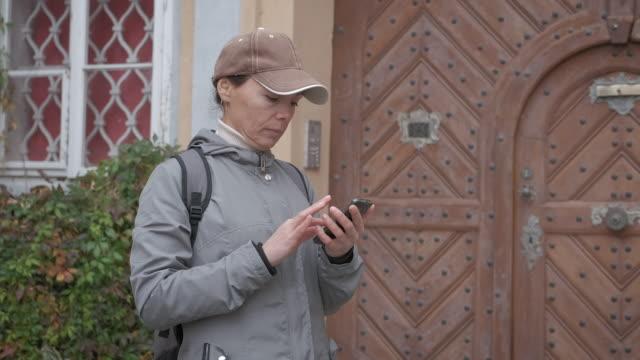 karta i smartphonen. - endast unga kvinnor bildbanksvideor och videomaterial från bakom kulisserna
