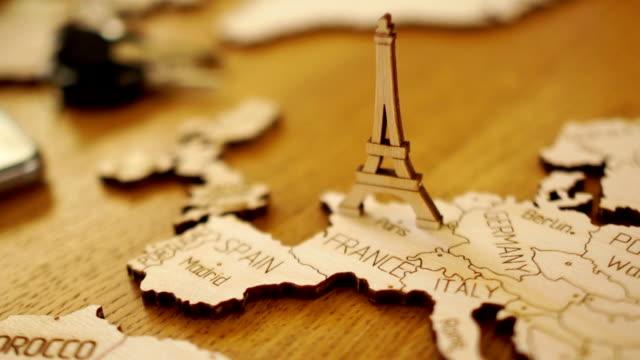 vidéos et rushes de carte de l'europe, france, maquette en bois. la tour eiffel. attractions touristiques, planification de voyage - carte france