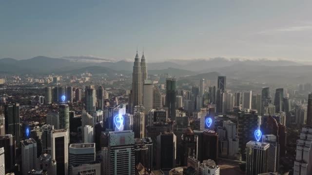 stockvideo's en b-roll-footage met antenne. kaart pin plat boven stad scape en netwerkverbinding concept - kuala lumpur