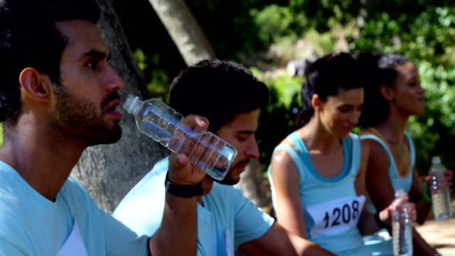 marathon idrottare att ha vatten 4k - 30 39 år bildbanksvideor och videomaterial från bakom kulisserna