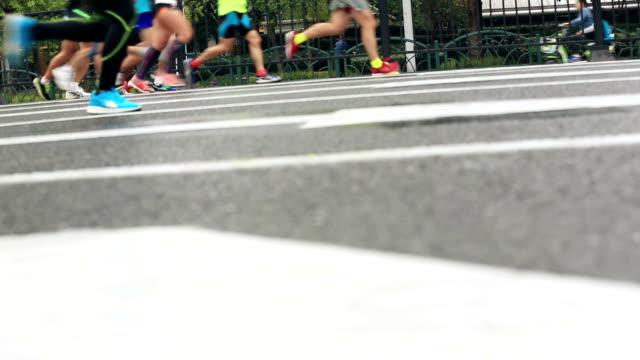 マラソンランナーのランニング city road - 人の筋肉点の映像素材/bロール