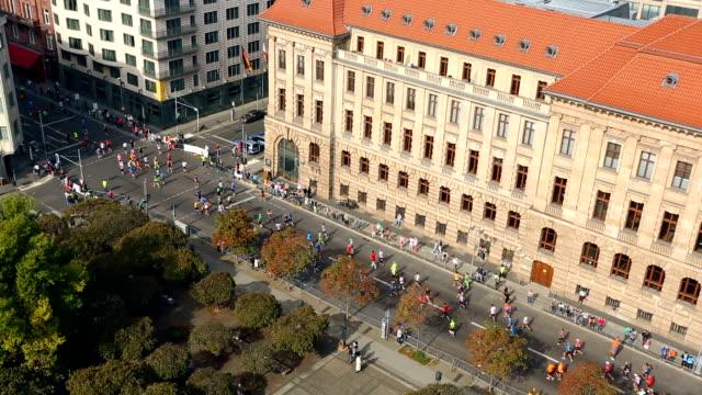 maraton berlin, zaman atlamalı - start stok videoları ve detay görüntü çekimi