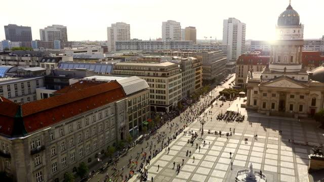 marathon running in berlin - start stok videoları ve detay görüntü çekimi