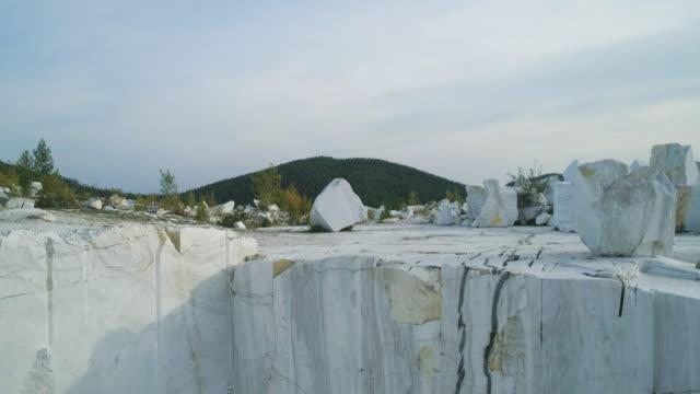 marmor stenbrott plats enorma marmorblock drone footage - marble bildbanksvideor och videomaterial från bakom kulisserna