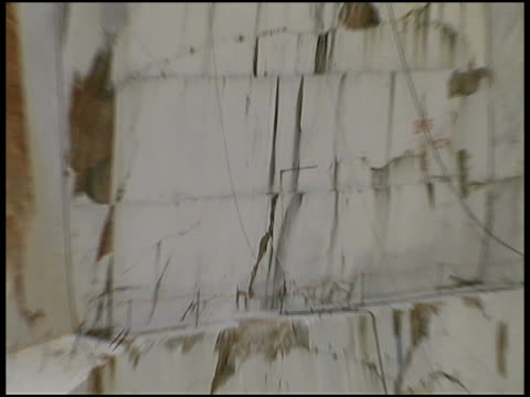 stockvideo's en b-roll-footage met marble quarry wall (carrara, italy) - marmer