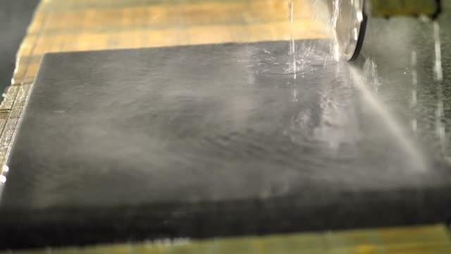 stockvideo's en b-roll-footage met marmer zagen met een cirkelzaag met water - marmer