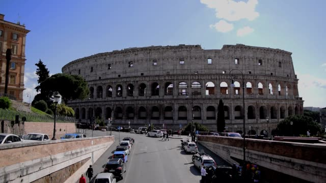 8. märz 2020, rom, italien: blick auf das kolosseum mit wenigen touristen aufgrund der coronavirus-epidemie - italien stock-videos und b-roll-filmmaterial