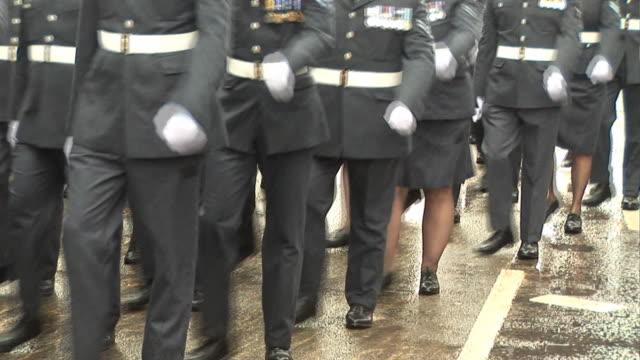 vídeos y material grabado en eventos de stock de soldados marchando navy raf & pal, hd - brigada