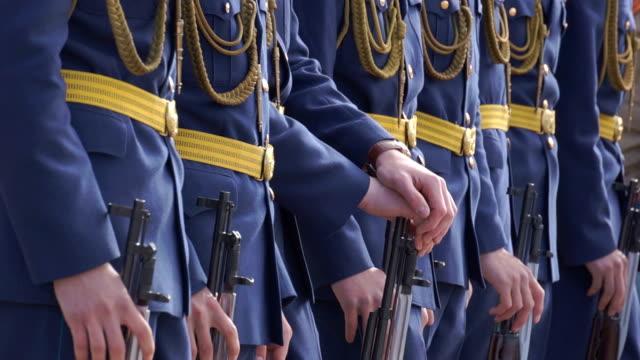 vidéos et rushes de mars des soldats-après - uniforme