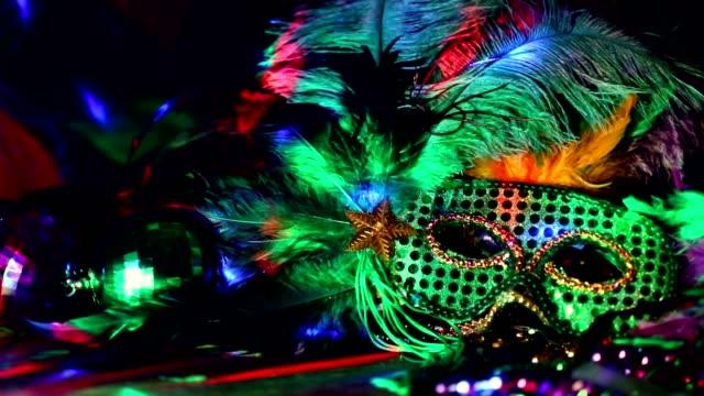 マルディグラは、リオのカーニバルのマスクとカラフルなビーズや羽飾り。 - 謝肉祭点の映像素材/bロール