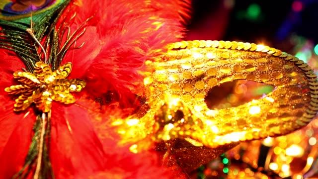 Carnaval, máscaras de carnaval de río con plumas y adornos de colores. - vídeo
