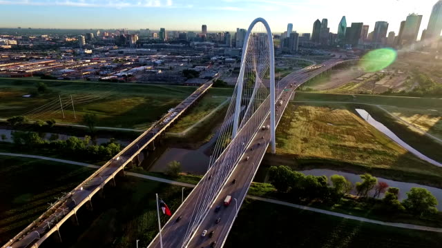 stockvideo's en b-roll-footage met hunt hill margitbrug spanning over de rivier van de drievuldigheid in dallas texas tijdens sunirse cirkelen rond brug - texas
