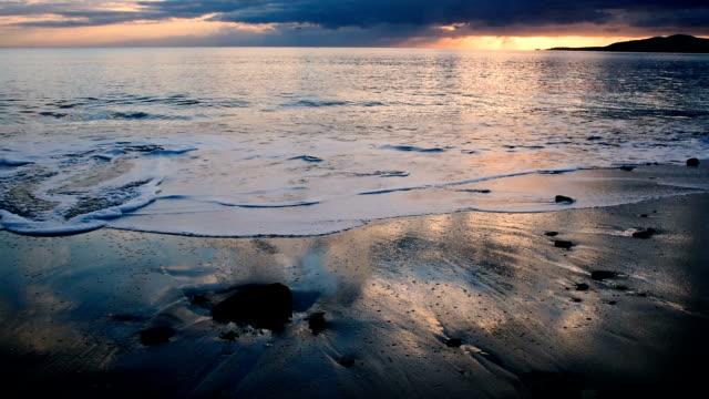 gün batımında renkli bir gökyüzü altında maria pia plaj, sardunya, i̇talya - full hd format stok videoları ve detay görüntü çekimi