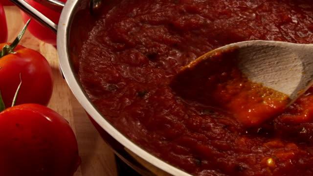марианские соус simmering в пан - соус стоковые видео и кадры b-roll