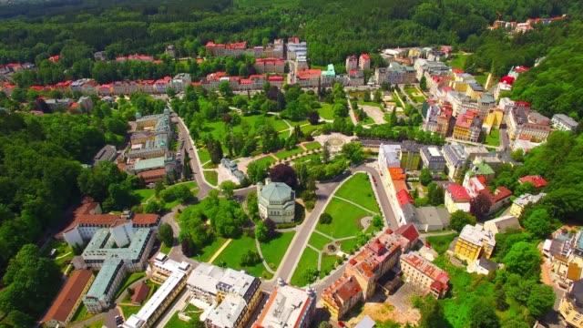 マリアンスケ・ラズネ・スパ素晴らしい観光リゾート。 有名なヨーロッパのランドマーク上のカメラフライト。 - チェコ共和国点の映像素材/bロール