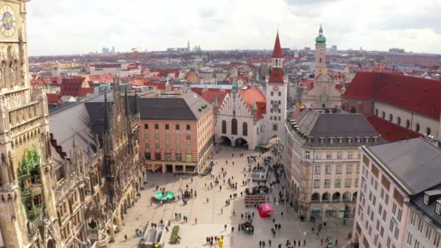 vidéos et rushes de hôtel de ville de marienplatz et frauenkirche à munich - allemagne